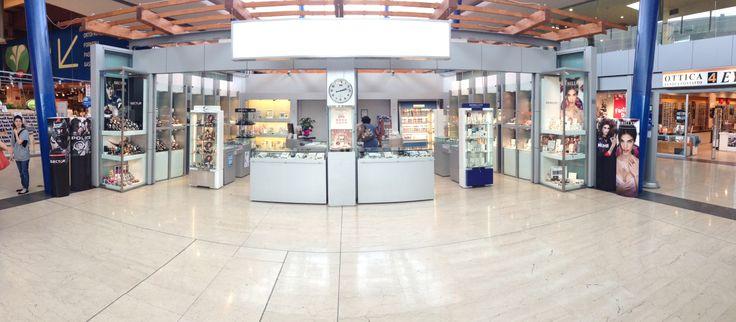 """Il negozio Pisani Gioielleria all'interno del Centro Coop Ponte a Greve Firenze rappresenta l'anima """"easy gift"""" della nostra attività. L'ideale per un regalo o per un pensiero anche non troppo impegnativo, ti accoglie proprio al centro dell'ampia hall del centro commerciale. Tra i marchi trattati Mirco #Visconti, #HipHop, #Maserati, #Swatch, #Flikflak, #Morellato, #Nautica, #Guess, #Liujo, #Sector, #Breil Citizen, Vagary, Frabroso, #Rebecca, OPS!, Casio, Police, Just cavalli, Nomination…"""