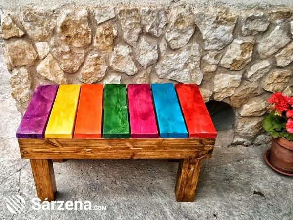 Pintando las tablas de diferentes colores han conseguido un banco ideal para el jardín o la terraza. ¿Qué os parece?