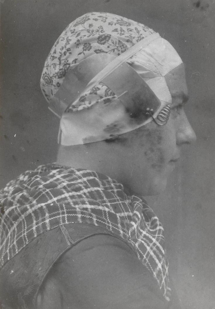 Stijntje de Zwaan uit Hulshorst in streekdracht van de Noordwest-Veluwe. Stijntje draagt opknapdracht. 1915 #Veluwe #Gelderland #oudedracht #Nunspeet
