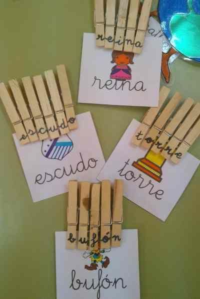 Escribir con pinzas.  Consiste en que los niños deben buscar las pinzas que llevan las letras correspondientes a las palabras que hay en las tarjetas que les pasaremos, y formar la palabra de manera correcta.