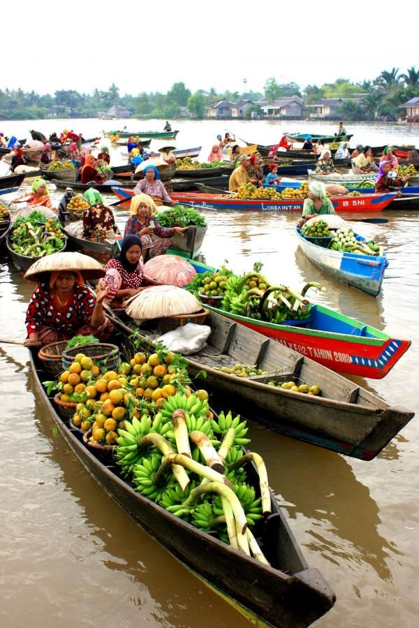 Banjarmasin floating market, located in the village of Tabuk Lok Baintan River District (about 30 minutes from downtown Banjarmasin). South Kalimantan, Indonesia