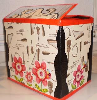 La capsa màgica de música és el recurs per presentar els instruments, les cançons amb els titelles cantaires i els materials de les activitats de llenguatge musical.