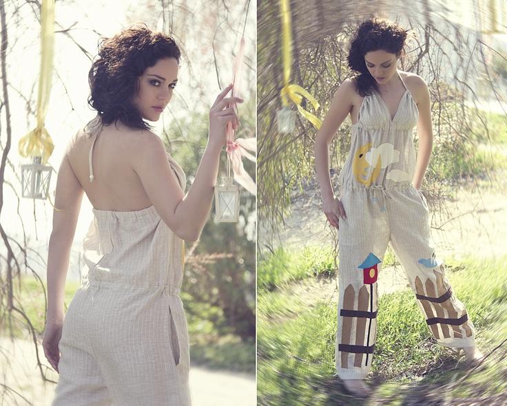 """Ριγέ λινή φόρμα με χειροποίητο απλικέ σχέδιο """"bird on a fence""""."""