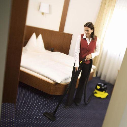 Для каждодневного проведения поддерживающей чистки в гостиницах, магазинах, офисах отлично подойдут пылесосы Karcher предназначенные для сухой уборки.