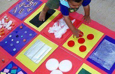 Tapete sensorial para turmas de berçário. Material utilizado: algodão, botões, plástico, plástico bolha, lixa, esponja, papéis de texturas diferentes, etc.