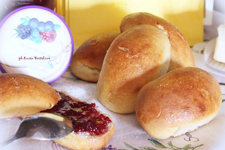 Pane dolce del mattinocirca dodici panini  500 grammi di farina 00 o farina di maiorca ( io ho usato quest'ultima) 130 grammi di lievito madre rinfrescato ( o una bustina di lievito di birra secco) 100 grammmi di zucchero di canna 180 ml di latte 1 uovo 80 grammi di burro sale