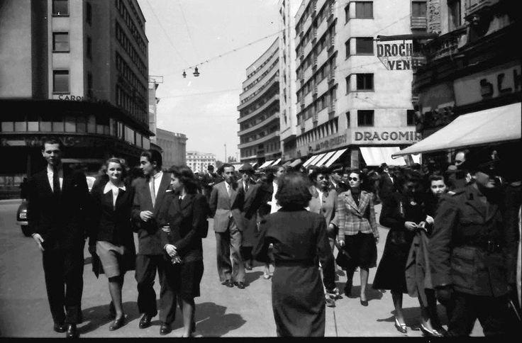 Bucureşti 1942. Plimbare pe Calea Victoriei (Piaţa Teatrului) [foto: Willy Pragher]