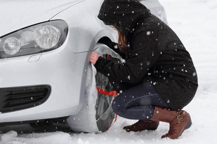 Κάντε την ζωή σας εύκολη...Χιόνι , πάγος κρύο, ανασφάλεια να οδηγήσετε πάνω σε δρόμους γυαλί? Τώρα η λύση έρχεται από την Νορβηγία... Και ποιός άλλος θα μπορούσε να είναι πιο ειδικός σε θέματα πάγου και χιονιού εκτός από τους Νορβηγούς? Θα σας πω εγώ! Κανένας. Λοιπόν τι έκαναν? Χρησιμοποίησαν την παλιά τεχνική που χρησιμοποιούσαν και οι παλιοί, οι γιαγιάδες μας, οι παππούδες μας. Τι πιο αντιολισθητικό για την γλίστρα λοιπόν από το πανί? Ε, αυτό έκαναν πανί στην ρόδα και έφυγες...και 100%…
