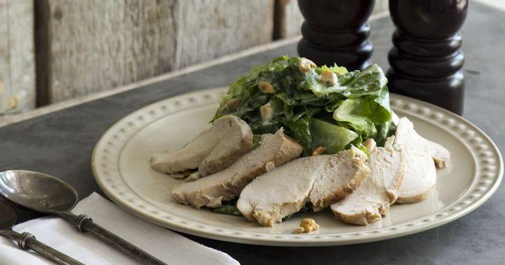 Σαλάτα με κοτόπουλο και σος γιαουρτιού από τον Άκη Πετρετζίκη. Μία δροσιστική…