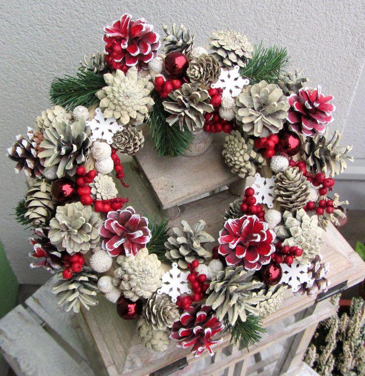 Vánoce+v+tradičním+kabátku+-+věnec+z+šišek+(barvené+nezávadnými+akrylovými+barvami,+ty+červené+ručně+dobarvované),+bobule+canella,+bělené+žaludy..+s+bílými+vločkami+ze+dřeva+a+umělým+jehličím,+se+skleněnými+baňkami+-+při+vhodném+skladování+vydrží+několik+sezón+-+věnec+v+tradičních+barvách+-+průměr+26+cm