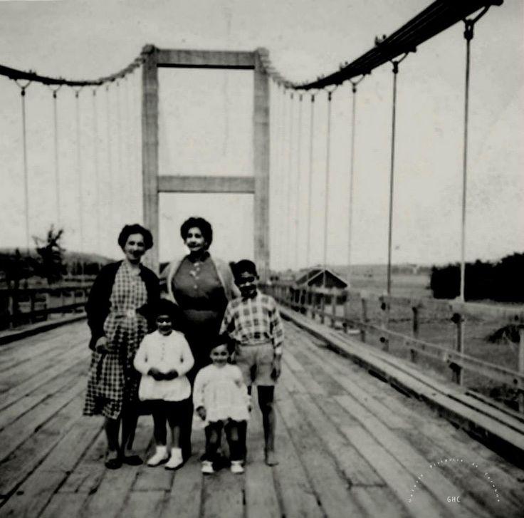 Galería Histórica de Carahue. Familia en el Puente Colgante. #ghc #memoria #patrimonio #identidad