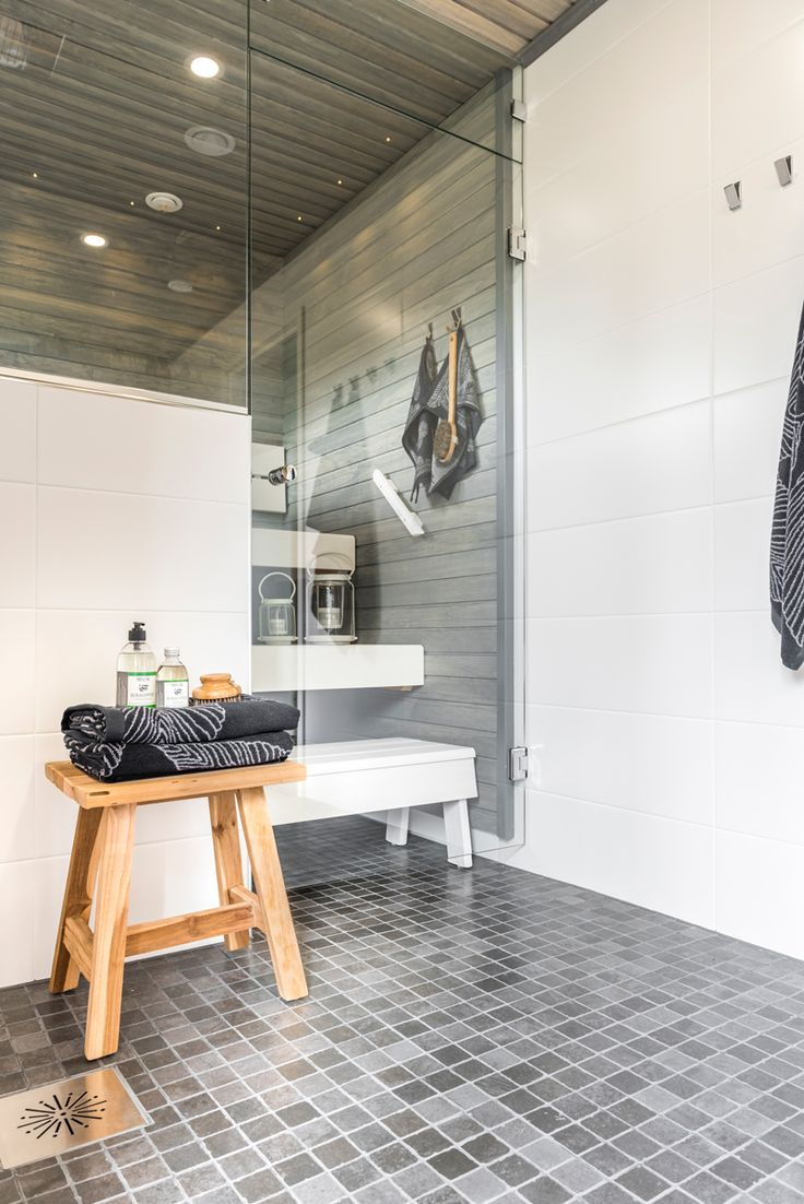 Koti Pentik. Pesuhuoneen ja saunan lattiassa Les Dalles noir mosaiikki 50x50 mm, seinässä Brancos valkoinen himmeä M25x55 cm. #pukkilalaatat #pukkila