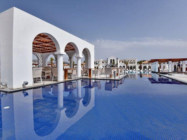 Das Anemos Luxury Grand Resort auf Kreta ist ganz im griechischen Stil erbaut. Klare Strukturen, viel weiß und blau. Die schöne Poollandschaft besteht aus fünf Pools.