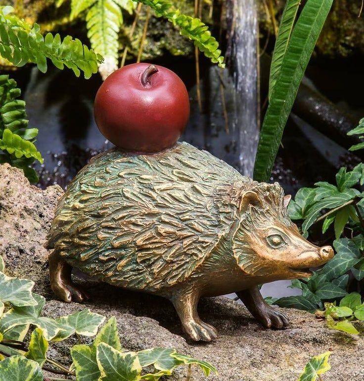 """bronzefigur """"igel mit apfel""""  villa jähn  gartenskulptur"""