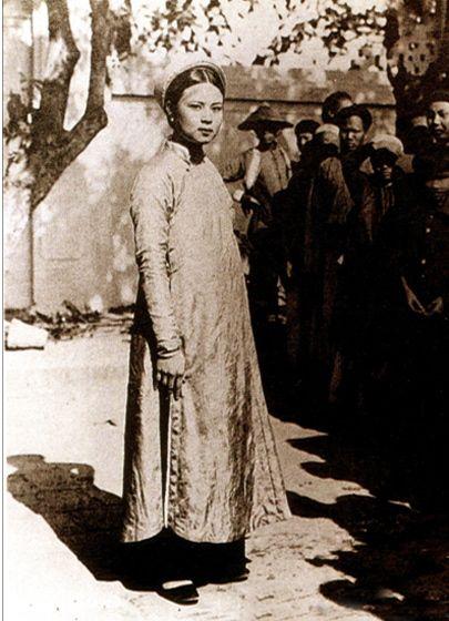 Hanoi, 1900 History of Ao Dai dress, Vietnam http://baotangaodaivietnam.com/vi/ao-dai-trong-bai-viet/156-ao-dai-xua-va-nay-nhung-ngo-nhan.html