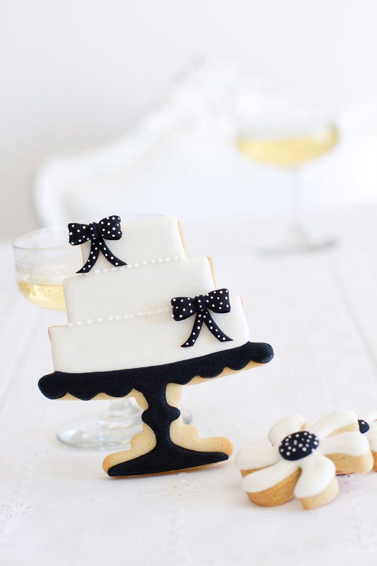 "Black & White Wedding Cake Cookie from the book of Patricia Arribálzaga:  ""Cupcakes, Cookies & Macarons de Alta Costura"""
