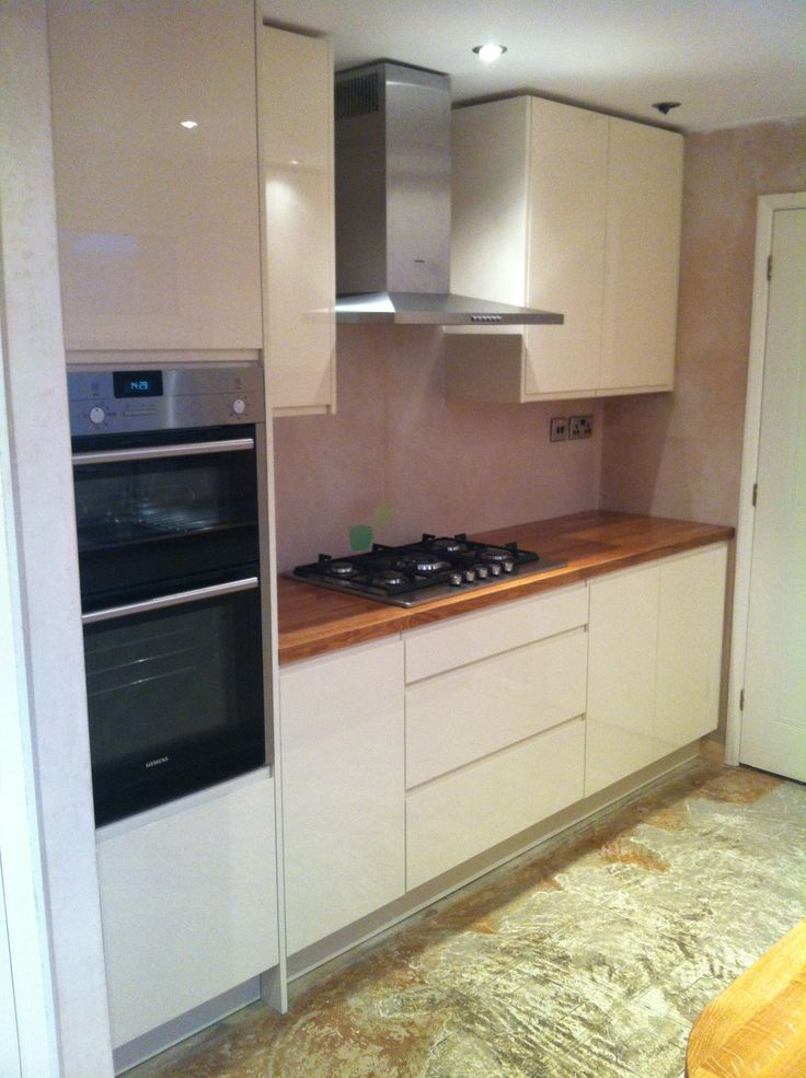 Handless cream gloss, solid oak tops & Siemens appliances!