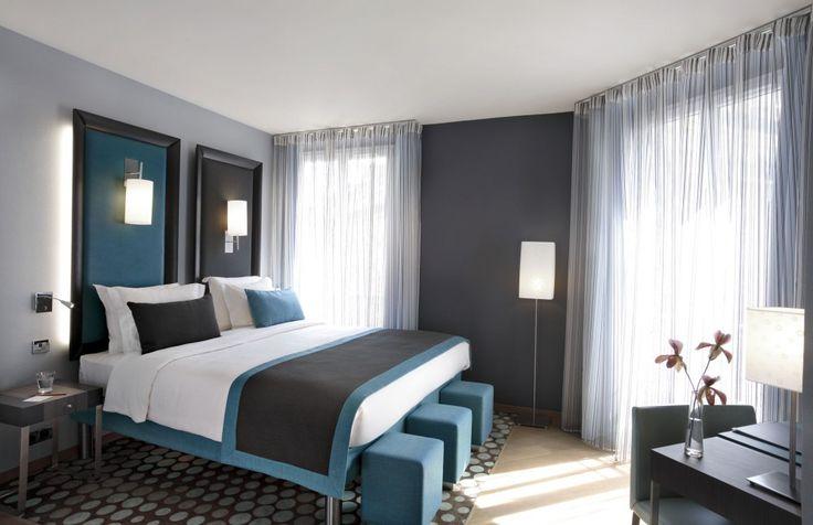 Синий декор в серой комнате