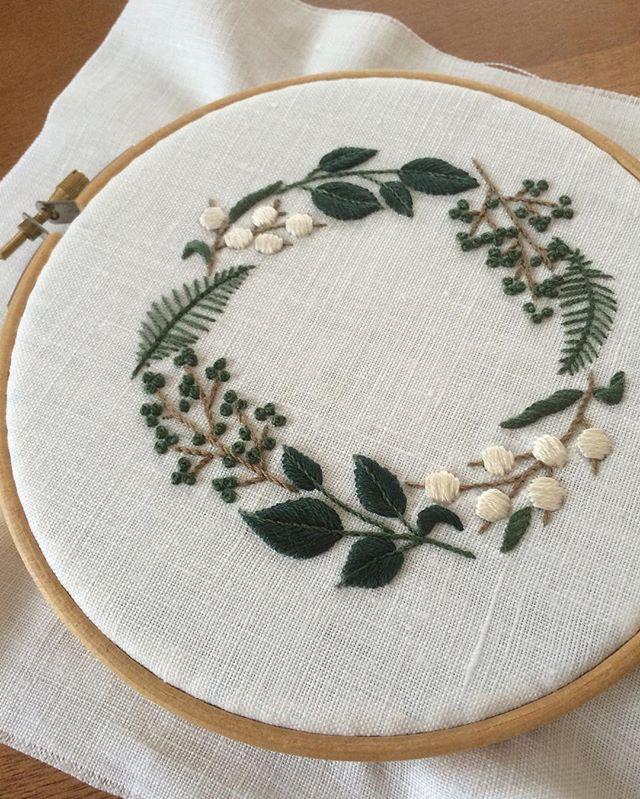 ELLE à table から私も刺してみました❤︎ Ecruのサテンステッチのところ、汚い 6本取りは難しいですね。ここは安全策で2、3本取りでやった方が良かったかも。 周りをかがってヘムステッチしてみたいと思います。 オリジナルと同じ薄いグレーのリネンを見つけてまた刺してみたいなぁ。 #樋口愉美子 #embroidery #刺繍 #YumikoHiguchi #elleatable #エルアターブル