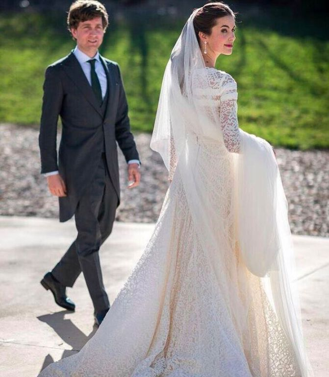 The amazing #beauty of @carolzbbb looking #stunning in her #robertodiz #wedding #dress #tul #tulle #bride #beauty #bridal #novias #noviasconestilo #mariee #robedemariée #brides #blanco #boda #weddingdress #vestido #lace #velvet #style #fashion #mode #seville #madrid