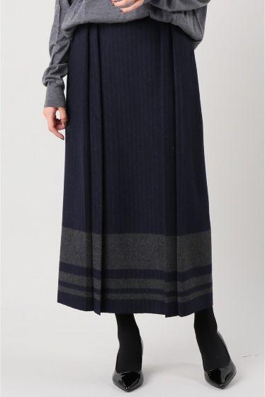 MAISON FLANEUR 裾ライン入スカート  MAISON FLANEUR 裾ライン入スカート 57240 2016AW FIGARO Paris イタリアブランドらしいデザイン性のあるロングスカート ハリのある素材がボリューム感を作りつつタックを入れることでメリハリをつけた美シルエットを作り出します 裾の太ラインがアクセントに効きコーディネイトのキーアイテムとして活躍してくれます MAISON FLANEUR(メゾン フラネウール) フランスの作家/詩人ボードレールがエドガーアランポーの小説群衆の人に触発されて見いだした遊歩者や芸術道楽の意味を持つ言葉FLANEUR から着想したコレクションです クリエーションの豊かさ製品のクオリティーが身につける人々のパーソナリティーを色濃く映し出すようなベーシックアイテム決して色あせることなく代々家庭のワードローブとして受け継がれていきその着用感経年変化した表情もが身につける人の行きた時間とパーソナリティーを表していきます モデルサイズ:身長:160cm バスト:80cm ウェスト:60cm ヒップ:86cm 着用サイズ:38