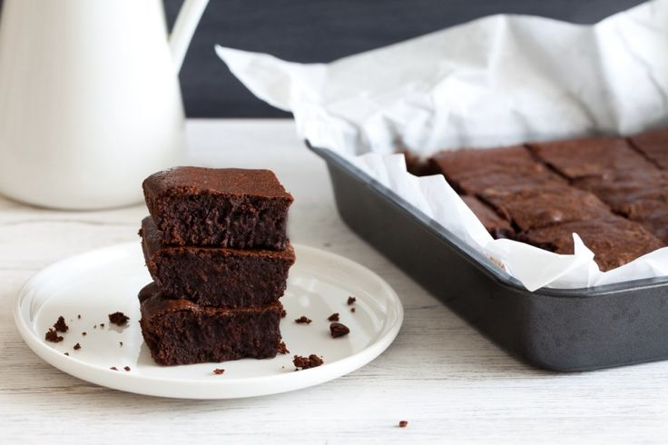 I brownies sono dei dolcetti bassi e dal cuore umido, quasi fondente, tipici della cucina statunitense che vengono chiamati in questo modo per la colorazione scura.