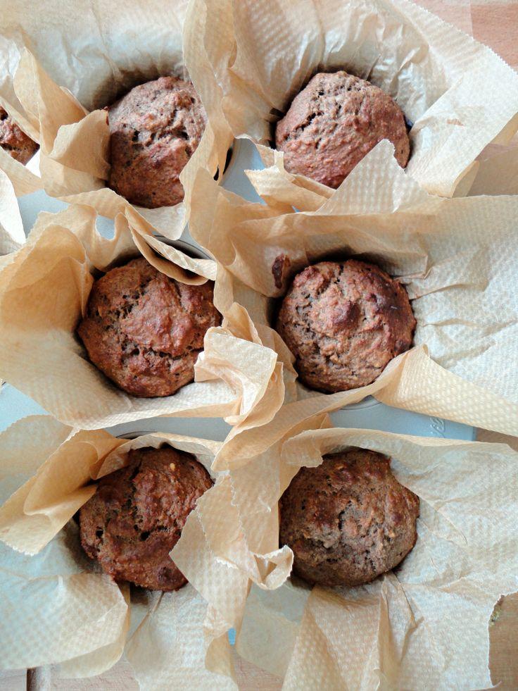 Rens Kroes' Power Food ontbijtmuffins Ingrediënten Voor 10 muffins 100 gr havermout 2 rijpe bananen 3 eieren 2 tl kaneel 2 tl vanille* 1 tl (wijnsteen)bakpoeder snufje zout 100 gr gedroogde moerbeien *ik gebruikte pure vanillemerg, het origineel omschrijft vanillepoeder Bereiding Verwarm de oven voor op 180 graden. Plaats 10 muffinvormpjes in een bakvorm. Voeg alle ingrediënten, behalve de moerbeien, bij elkaar in een blender (of gebruik je staafmixer). Mix tot het een glad geheel vormt. Doe…