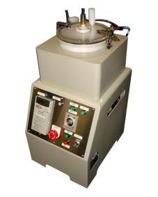 「混合ミキサー」 原料・バインダー・水などを精密混合。 原料ミキシングケースはドラム型で中心に回転軸を有し、特殊な回転羽根をインバーターにより制御しながら、上部より水・添加剤等をスプレーし押出原料の素地を精密に配合することができます。