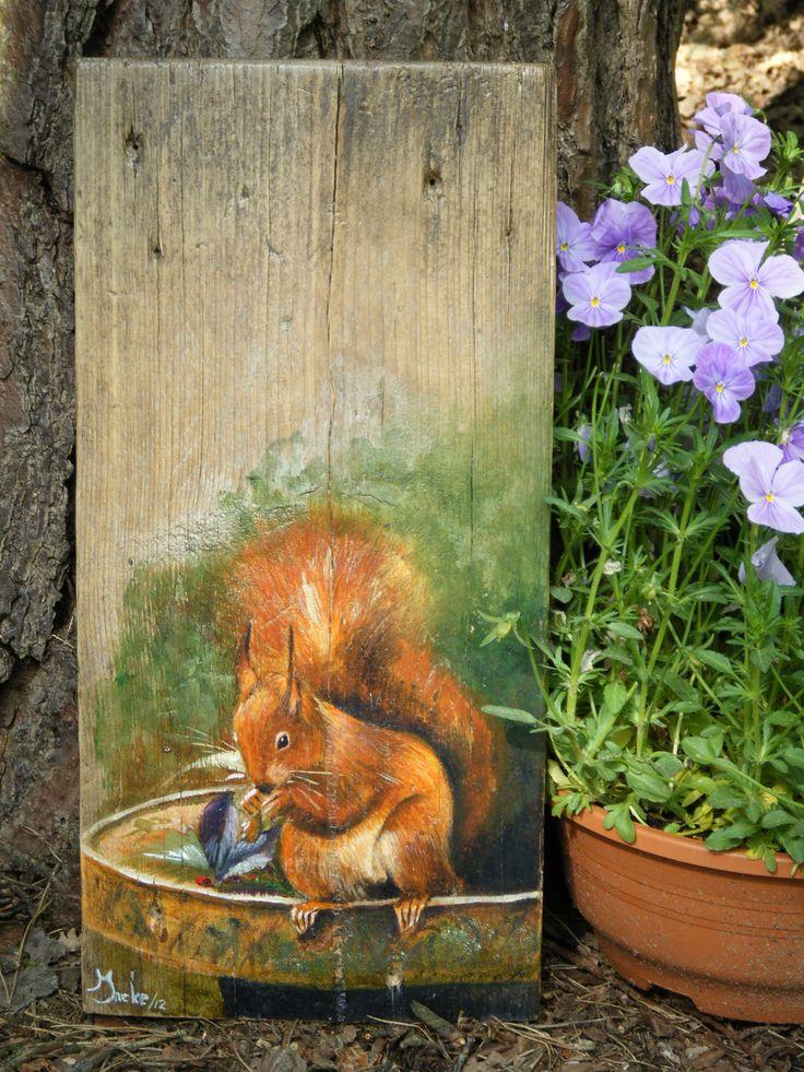Eekhoorntje op voederbakje, met acryl geschilderd op een stuk steigerhout.