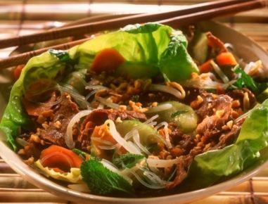 FürBò bún zunächst die Nudeln nach Packungsanleitung zubereiten. Das Rindfleisch mit Zitronengras, der Hälfte des Knoblauchs, Fischsauce, Zucker