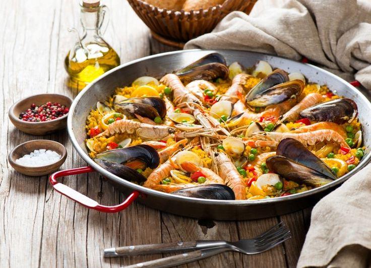 Предлагаем вам приготовить вкуснейший праздничный ужин - паэлью по-домашнему. Это блюдо испанской кухни, приготовленное из риса и шафрана. В нашем рецепте мы еще добавим морепродуктов и овощей. Получается очень нежное, вкусное и ароматное блюдо, все гости будут в восторге!