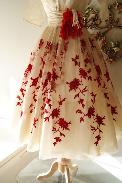 Gorgeous dress. If I ever do a vow renewal thing, this would be the dress I would want to wear.