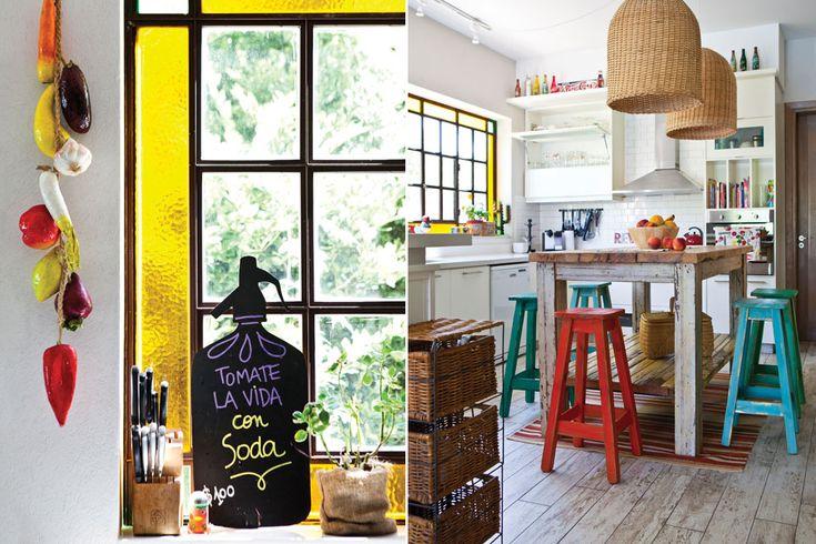 El ventanal de vidrio se realizó con un reborde en amarillo para otorgarle color y un aire vintage, y se colocó sobre una retiración que funciona como pequeño estante, sobre el que se apoyan adornos y utensilios de cocina. / Santiago Ciuffo