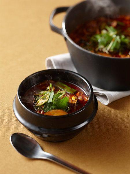 Recipe : 牛肉辛味スープ(ユッケジャン)/栄養バランスに優れた、韓国の代表的なスープ。牛肉のうまみのしみ込んだ辛いスープを堪能したあとは、ごはんを入れてクッパにすれば舌もお腹も大満足。 #Recipe #レシピ