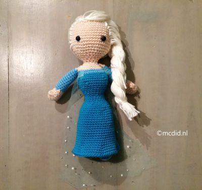 Free pattern crochet Elsa Frozen doll. Including photo tutorial. Gratis Nederlands patroon om Elsa van Frozen te haken. Inclusief foto uitleg.