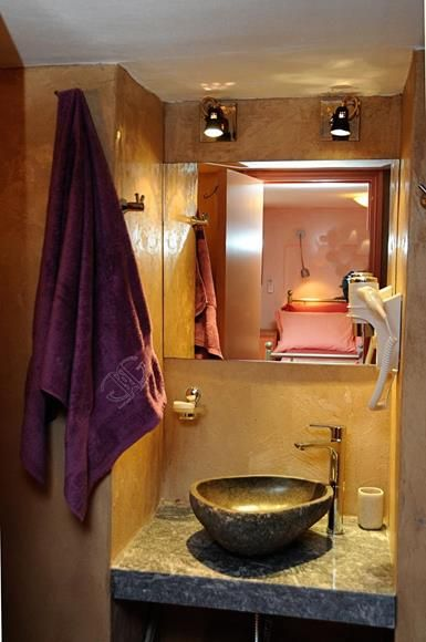 The Orange House has 5 bathrooms (4 en suite and 1 family bathroom) http://www.tinos-habitart.gr/orange-house.php