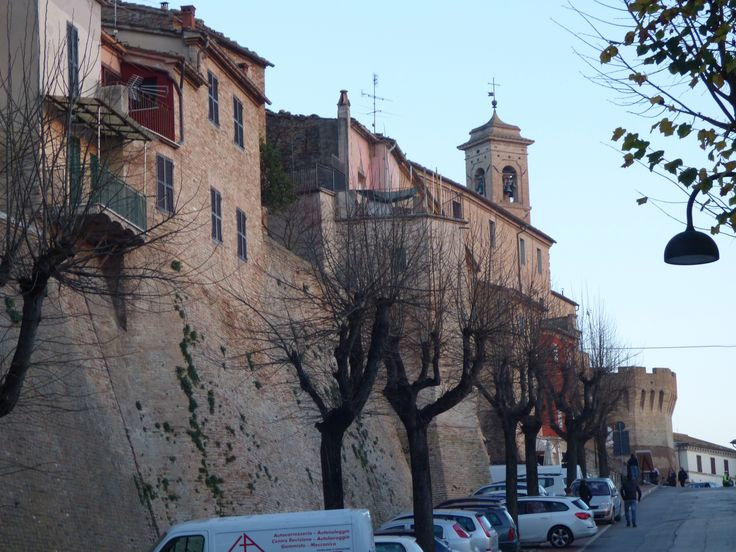 Walking towards our car. Before leaving we enjoyed strolling along the town walls. Ciao, Serra de' Conti. See you again!
