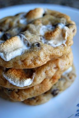 I'm not a marshmellow fan - but I have good buddies that are so pinning here! Copycat Momofuku Cornflake Marshmallow Cookies