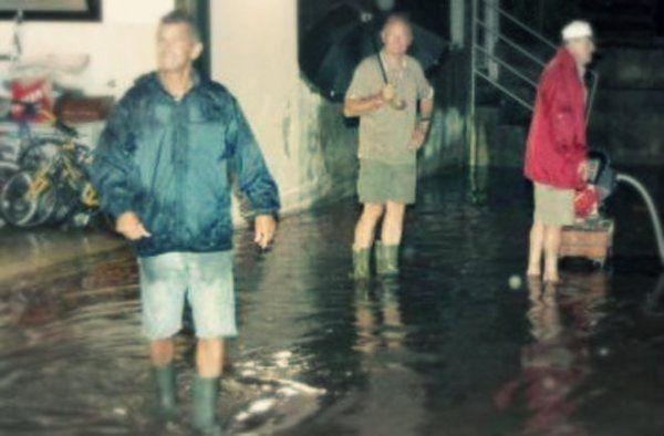 Scantinati allagati, strade isolate e in qualche caso anche 30-40 centimetri d'acqua nelle abitazioni: è il risultato del violento nubifragio   http://tuttacronaca.wordpress.com/2013/08/26/nubifragio-nel-padovano-allagamenti-e-viabilita-in-tilt/