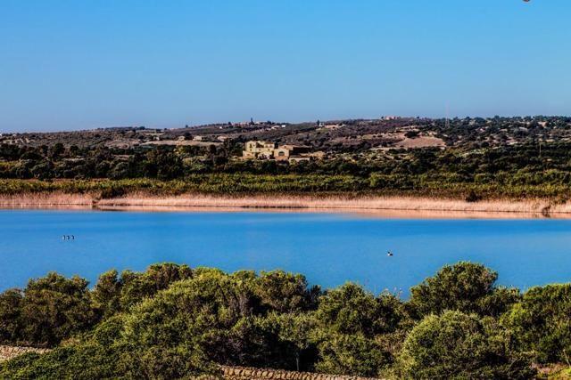 Nella Sicilia del Sud, l'Oasi di Vendicari è un paradiso di mare e natura: 1.300 ettari di stagni e paludi, dune e cale rocciose, dove il mare si accende di turchese e smeraldo (foto Flickr)