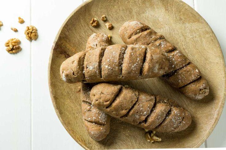 Frisch gebackene Walnussbrötchen mit Honig zum Frühstück? Hier gibt's das perfekte Fitness-Frühstück für Diät oder Muskelaufbau - natürlich High Protein.