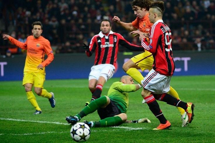 Milán 2-0 FC Barcelona   Puyol corta un peligroso avance de El Shaarawy. [20.02.13]