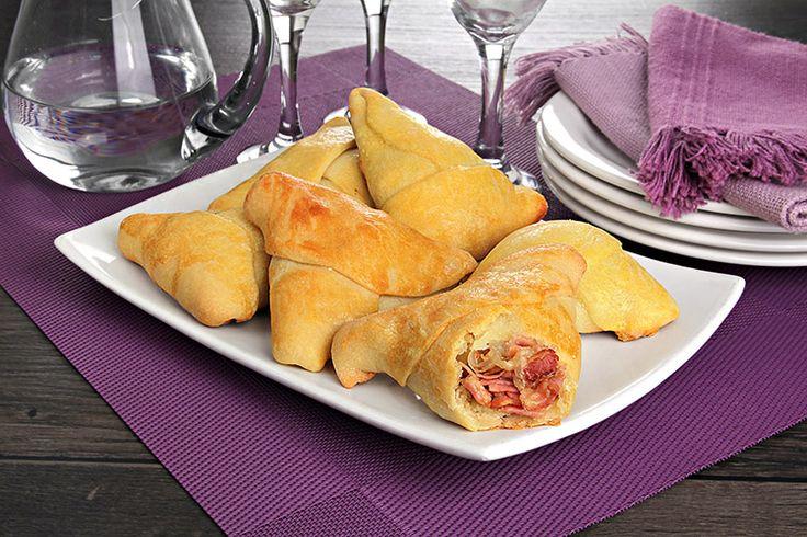 Aprenda a fazer esfirra de bacon. Uma versão diferente e muito saborosa dessa delícia. Aprenda como modelar corretamente a massa. Fica uma delícia!