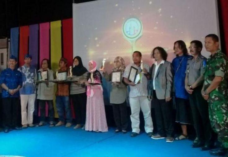 Ketua DKB Harapkan Banten Segera Miliki Taman Budaya  KONFRONTASI-Anugerah Seni 2016 digelarDewan Kesenian Banten (DKB) . Dalam kesempatan itu DKB memberikan penghargaan kepada seniman budayawan dan sastrawan yang dinilai layak untuk menerimanya. Penganugerahan seni tersebut dibagi dalam dua kategori: kategori Pengabdian Sepanjang Hayat dan kategori Pengembangan Proses Kreatif.  Kategori Pengabdian Sepanjang Hayat diberikan kepada 6 seniman dan budayawan ternama yang telah wafat. Mereka…