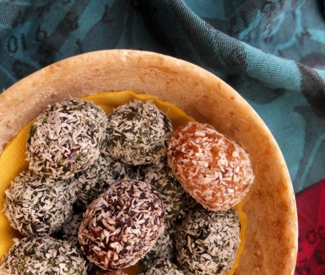 Easter energy ball eggs - Spirulina date and cranberry bliss ball eggs and Apricot and almond bliss ball eggs #healthy #spirulina #blissballs #recipe