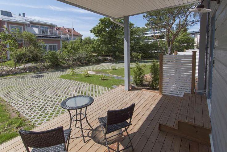 Etelän terasseilta näkyy kaunis Räätälimestarin talo puutarhoineen