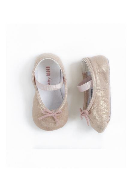 WHY WE LOVE THESE BABY BLOCH SIRENETTA BABY SHOES IN PERLA; Since 1932 Bloch has provided world class ballerinas with their superbly crafted ballet shoes and they bring that same level of craftsmanship and style to their Baby Bloch line. The pretty pearlised pink upper makes these the perfect accessory for your little girl's wardrobe. Presented in a lovely gift box perfect for giving. #wonderfulchristmas