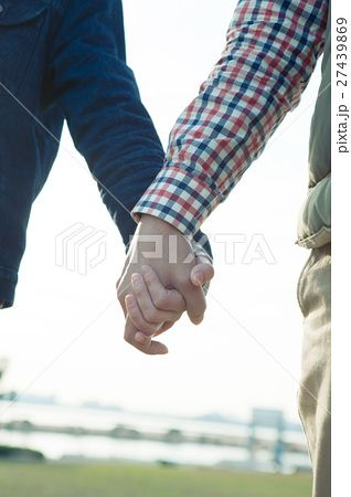 公園で手をつなぐカップル