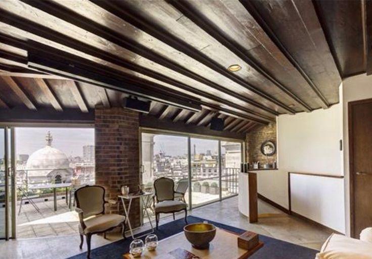 Пентхаус в Лондоне в здании Уайтхолл Курт. Пентхаус площадью 256,7 кв.м спланирован как три гостиных и 2 спальни. В мансарде располагается кабинет с выходом на террасу. Терраса есть и на нижнем уровне, при главной гостиной и столовой.  потолки высотой семь метров.  В здании лифт, круглосуточный консьерж и - внимание - полное отсутствие эксплуатационных расходов  Цена 6,5 млн фунтов Показы: +79255008943
