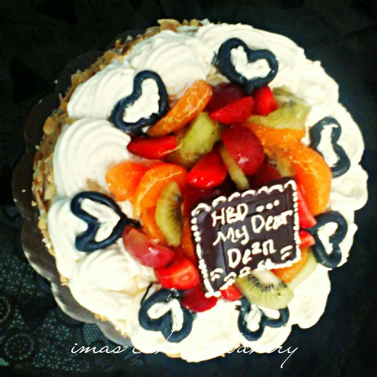 Cake fruity with almond.